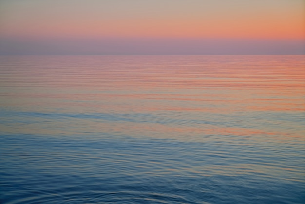 Sonnenuntergang über der ostsee. schöner rosa sonnenuntergang. natürlicher tisch. lettland