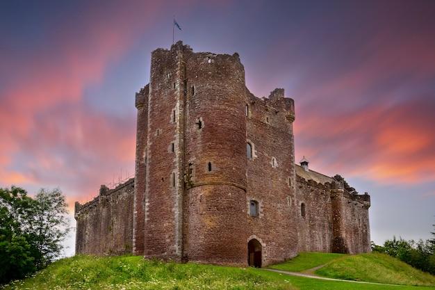 Sonnenuntergang über doune castle im schottischen stirling
