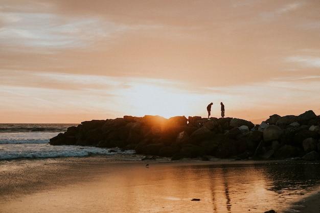 Sonnenuntergang über einem strand in kalifornien