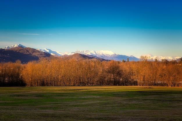 Sonnenuntergang über einer alpinen landschaft