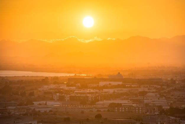 Sonnenuntergang über europäischer stadt. cagliari, sardinien, italien.