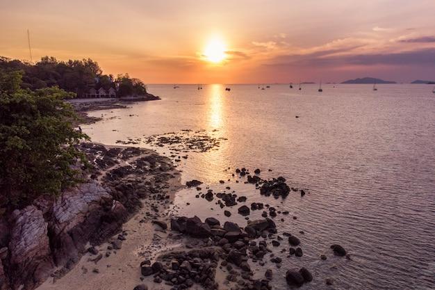 Sonnenuntergang über horizont im tropischen meer