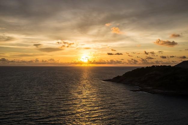 Sonnenuntergang über meer bei laem phrom thep phuket thailand