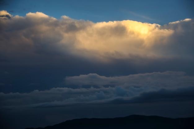 Sonnenuntergang und gewitterwolkenansicht