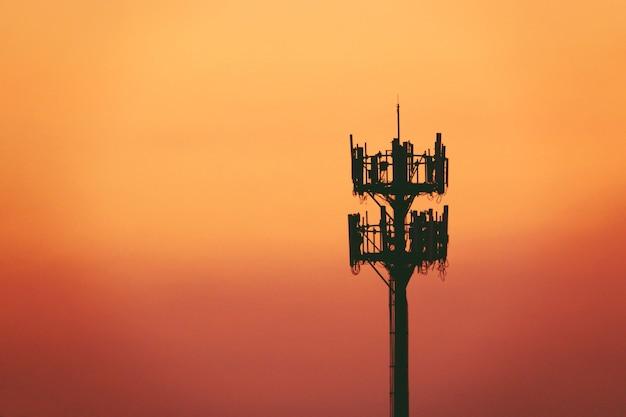 Sonnenuntergang und hoher mast mit mobilfunkantenne