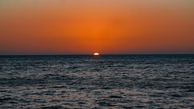 Sonnenuntergang und horizont des sees