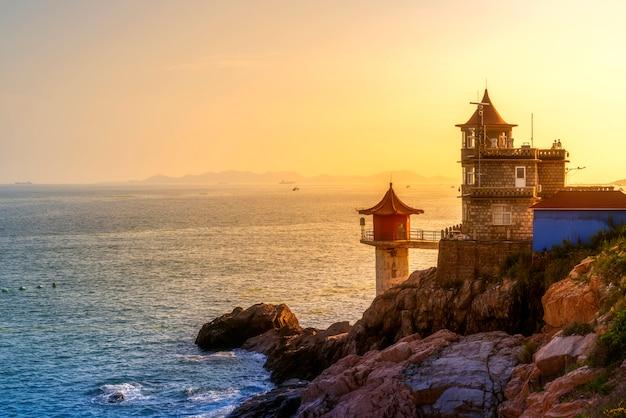 Sonnenuntergang und küste und leuchtturm