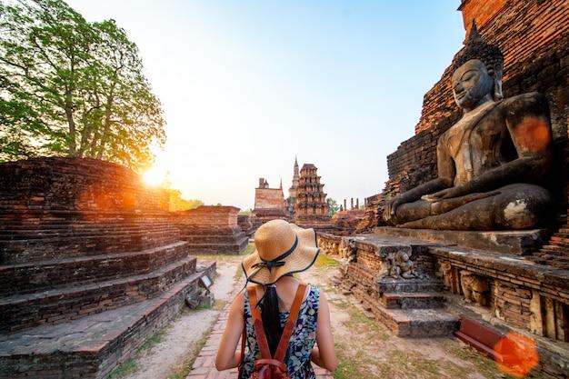 Sonnenuntergang und licht im historischen park von sukhothai