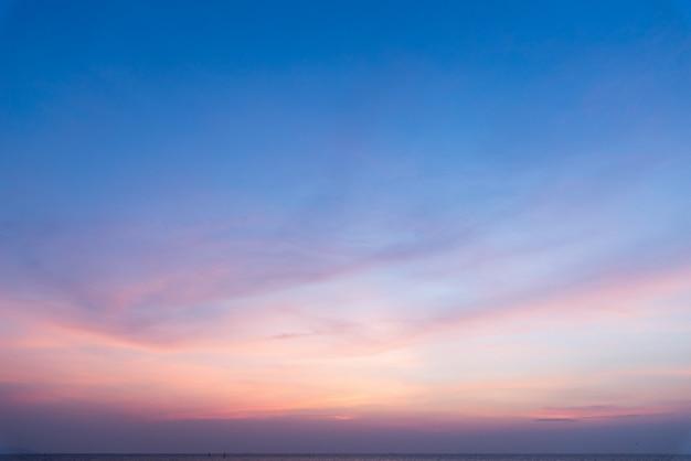 Sonnenuntergang und meer mit wolken. sommer hintergrund.