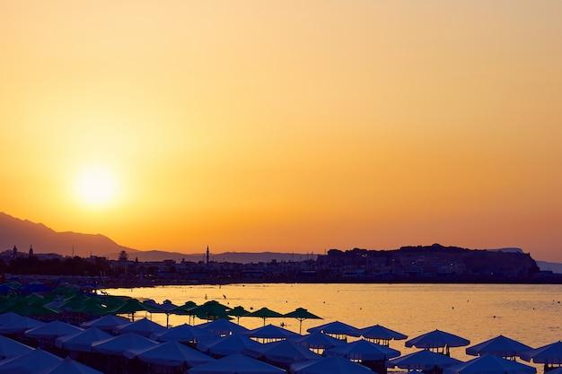 Sonnenuntergang und panoramablick auf die küste