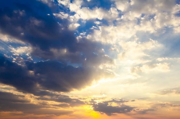 Sonnenuntergang und ruhige see-zeitspanne
