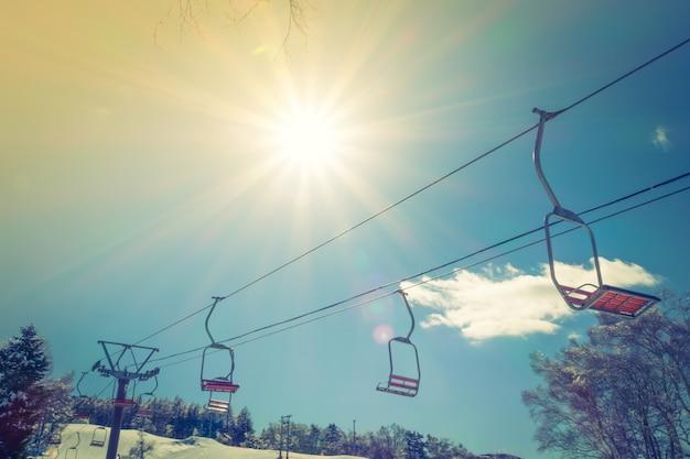 Sonnenuntergang und skilift geht über den berg (gefiltertes bild pr