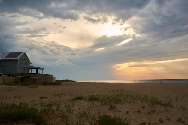 Sonnenuntergang und strandsonnenuntergangtrieb. dramatischer himmel mit wolken