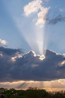 Sonnenuntergang versteckt hinter sich bewegenden wolken, gewitter.
