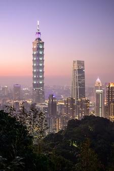 Sonnenuntergang-vogelperspektive-taipeh-markstein, taiwan-abendskyline vom xiangshan-bergblickpunkt.