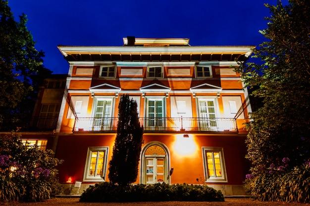 Sonnenuntergang vom eingang eines schönen und spektakulären hotels in asturien.