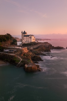 Sonnenuntergang von der stadt biarritz im baskenland.