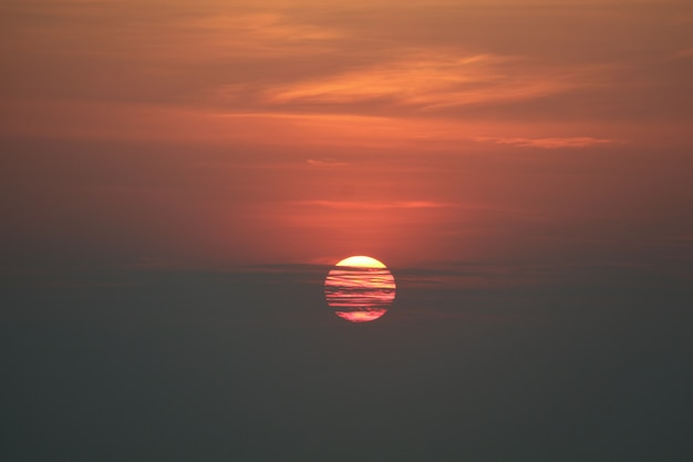 Sonnenuntergang zurück onsilhouette rote orange himmelabendwolke und dunkler himmel über horizontmeer