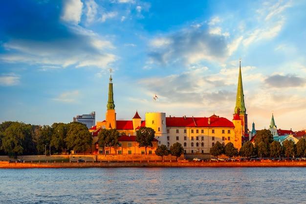 Sonnenuntergangansicht der alten stadt riga in lettland.