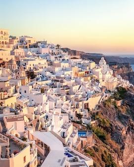 Sonnenuntergangansicht des traditionellen griechischen dorfs oia auf santorini-insel in griechenland.