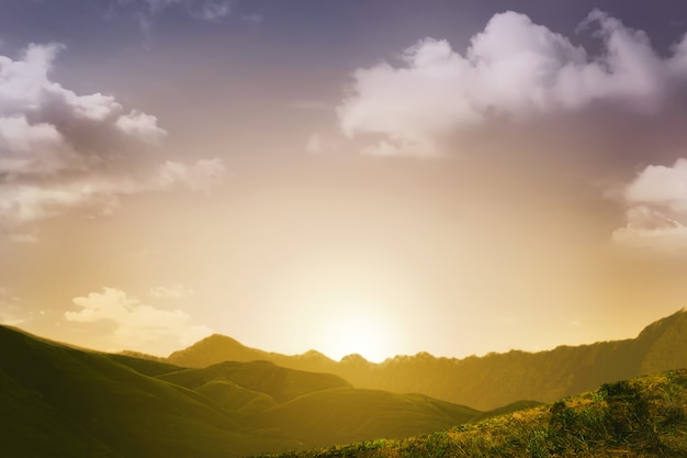 Sonnenuntergangansicht mit gebirgshintergrund