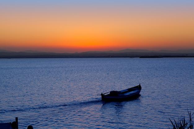 Sonnenuntergangboot im albufera see valencia