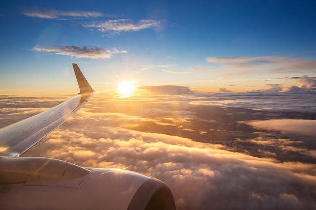 Sonnenunterganghimmel auf flugzeugfenster über kopenhagen, dänemark am freitag