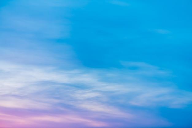 Sonnenunterganghimmel mit rosa lila hellen wolken. bunte glatte blaue steigung des weißen himmels.
