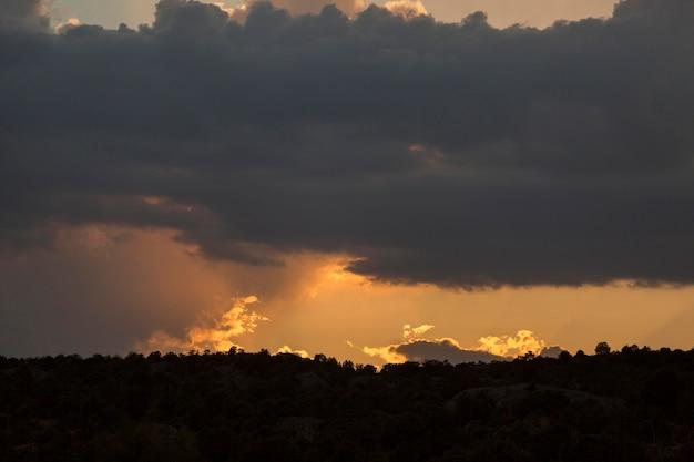 Sonnenunterganghimmel mit wolkenhintergrund