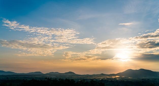 Sonnenunterganghimmel über dem berg mit buntem orangefarbenem sonnenaufgang am morgen