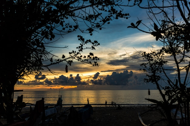 Sonnenunterganghimmel über dem indischen ozean. bewölkter sonnenuntergang in den tropen.