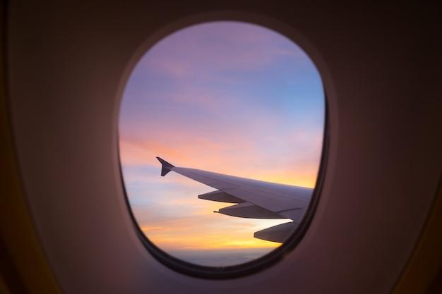 Sonnenunterganghimmel vom flugzeugfenster