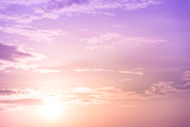 Sonnenunterganghimmelhintergrund mit purpurrotem filter