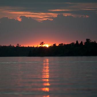 Sonnenunterganghorizont über see des holzes, ontario