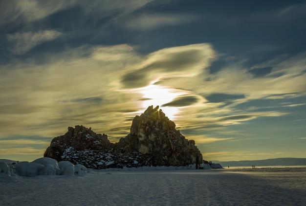 Sonnenunterganglandschaft auf winter baikal see, russland.