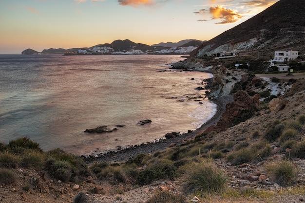 Sonnenunterganglandschaft in cala higuera. san jose. naturpark von cabo de gata. spanien.