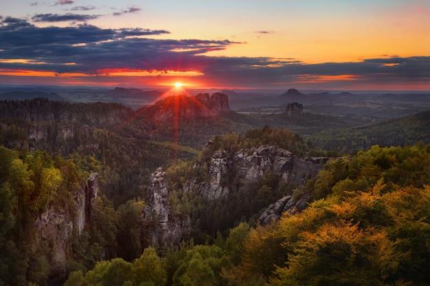 Sonnenuntergangsansicht auf schrammsteine von carolafelsen, sächsische schweiz