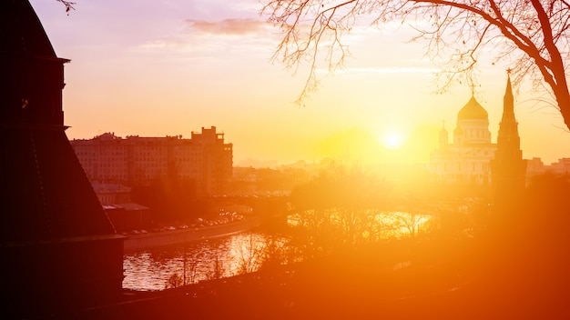 Sonnenuntergangsansicht des moskauer kremls und des moskauer flusses in moskau, russland. moskauer architektur und wahrzeichen, moskauer stadtbild