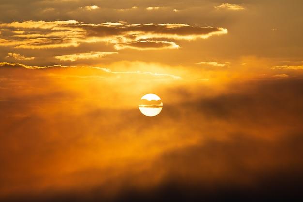 Sonnenuntergangshimmel mit sonnenhintergrund