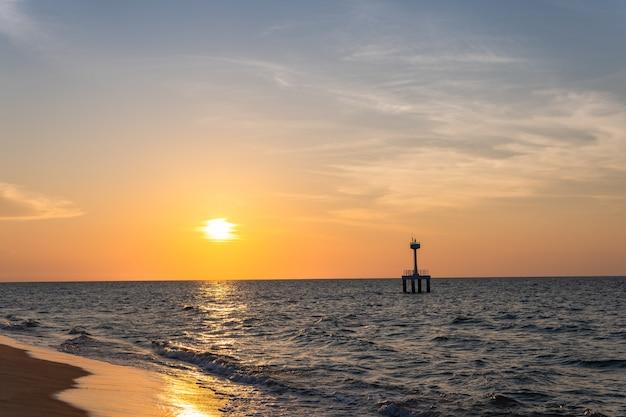 Sonnenuntergangshimmel über meer am abend in der dämmerung