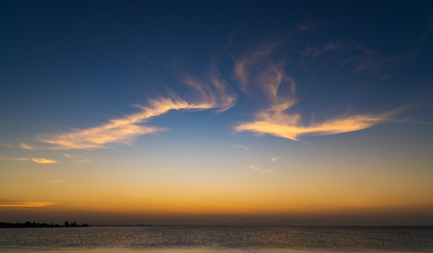 Sonnenuntergangshimmel über meer am abend mit bunten sonnenlichtwolken, dämmerungshimmel