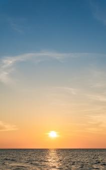 Sonnenuntergangshimmel über meer vertikal mit buntem sonnenlicht am abend