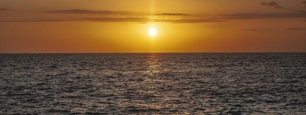 Sonnenuntergangsmeerdetail, fahnenbild mit kopienraum