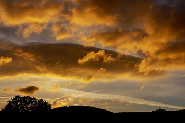 Sonnenuntergangsonnenaufgang mit wolken, hellen strahlen und anderem atmosphärischem effekt