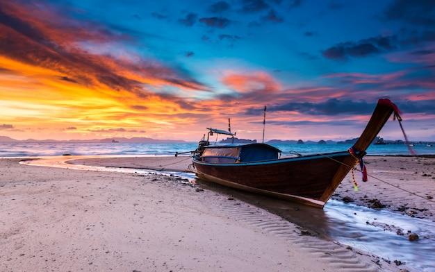 Sonnenuntergangzeit am strand mit dämmerung lanscape.
