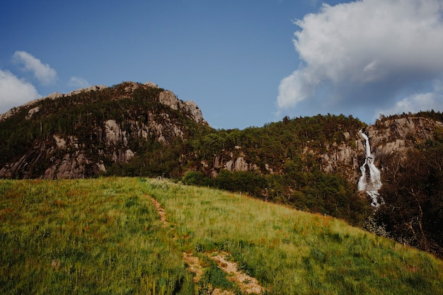 Sonnige landschaft eines berges
