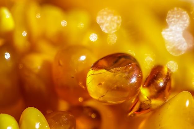 Sonnige perlen aus feuerbernstein natürlichem edelstein hintergrund schmuckkonzept