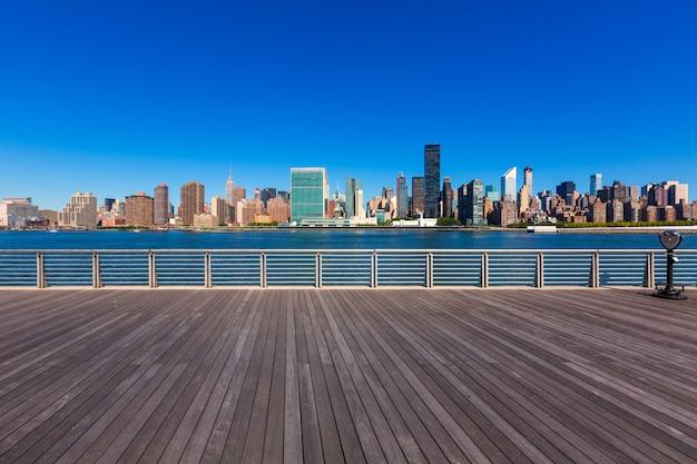 Sonnige skyline manhattan new york east river nyc