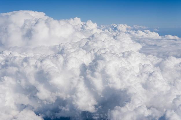 Sonniger himmel abstrakter hintergrund schöne wolkenlandschaft auf dem himmel blick über weiße flauschige wolken