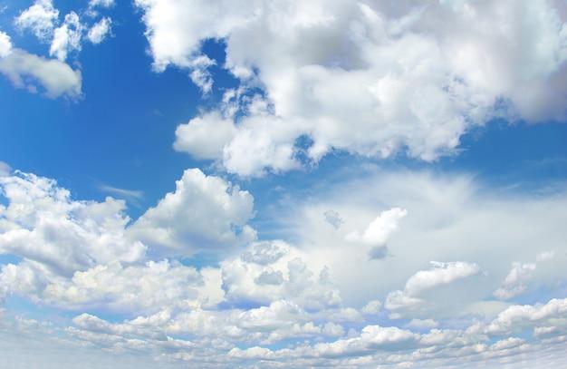 Sonniger himmelhintergrund mit wolken